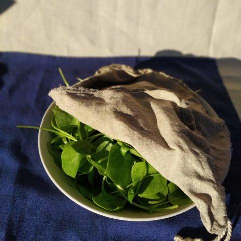 Angefeuchteter Leinenfilterbeutel zum Salat frisch halten